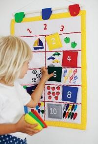 Mięciutkie, cichutkie, ręcznie robione zabawki szwedzkiej firmy Oskar&Ellen to innowacyjne, kolorowe produkty stymulujące rozwój wyobraźni, nauki, języka i umiejętności wcielania się w role.