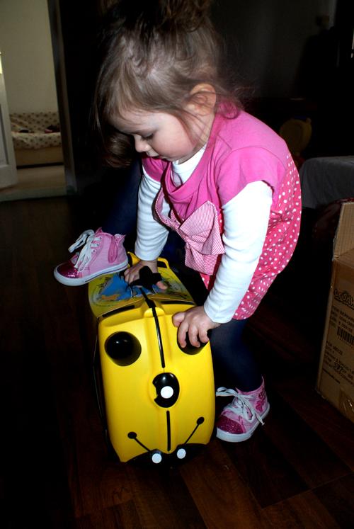 0503b94d32b28 każdemu dziecku wybrać coś dla siebie. Rozmiar walizki jest zgodny z  wymogami bagażu podręcznego w samolotach, więc trunki jest idealne na ...