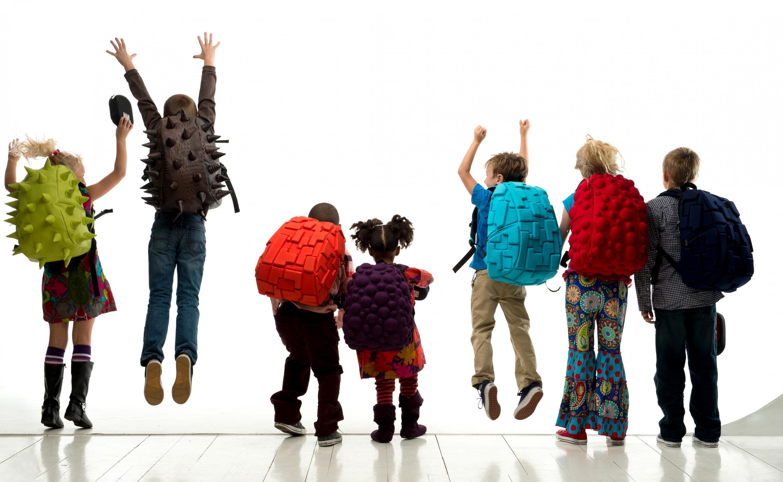 0e6289efc3f54 Kolorowe plecaki pomogą Twojemu dziecku wyróżnić się w szkole i na pewno  zachwycą kolegów i koleżanki. Wyposażone są w kilka przegródek, dzięki  którym ...